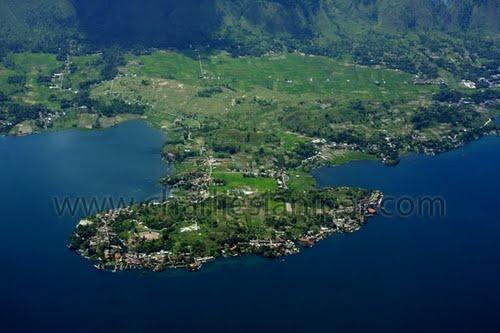 "Tomok, Lake Toba, Samosir - North Sumatra, 2° 40' 16.93"" N  98° 51' 15.77"" E  http://www.panoramio.com/photo/37817070"