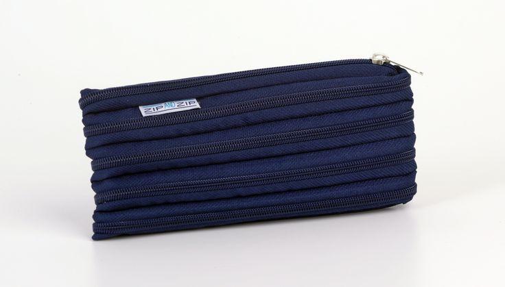 Il Morgana-astuccio è un simpatico e originale portapenne disponibile nei 12 colori Blu Navy, Prugna, Viola, Turchese, Bianco, Fucsia, Rosso corallo, Rosso Ferrari, Verde mela, Caffè, Grigio, Nero. Realizzato con un'unica cerniera è completamente smontabile.