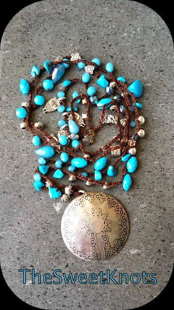 Collana medaglione vintage uncinetto con pietre di TheSweetKnots