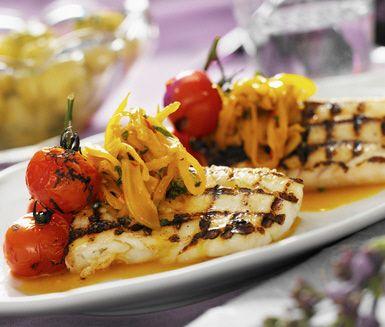 En riktigt smarrig fiskrätt. Grilla torskryggarna och servera dem sedan tillsammans med fänkål med smak av saffran. Vill du göra måltiden mer mättande så kan du även servera kokt potatis till torsken.