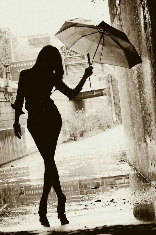Девушка под дождем-черно белые картинки