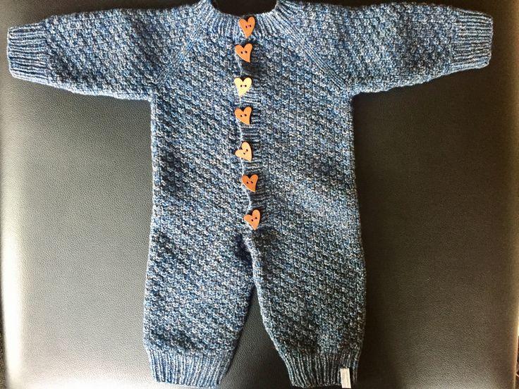 Strikket baby heldragt af Karina Skovgaard