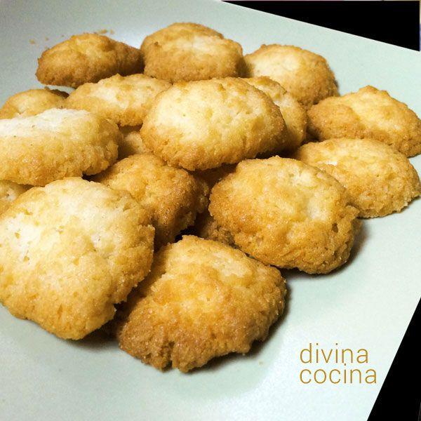 Estas galletas de limón resultan crujientes, doraditas y con mucho sabor a limón. Tienes que dejarlas enfriar completamente antes de servir.