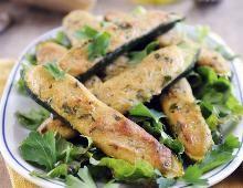Ofengebackene Zucchini mit Parmesanfüllung. Zutaten: - 4 Zucchini - 250 g Ricotta - 100 g frisch geriebener Parmesan - 1 Ei - 2 EL frisch gehackte Kräuter (nach Wahl; z. B. Thymian und Rosmarin) - Salz - Frischer Pfeffer - 3 Hand voll Blattpetersilie