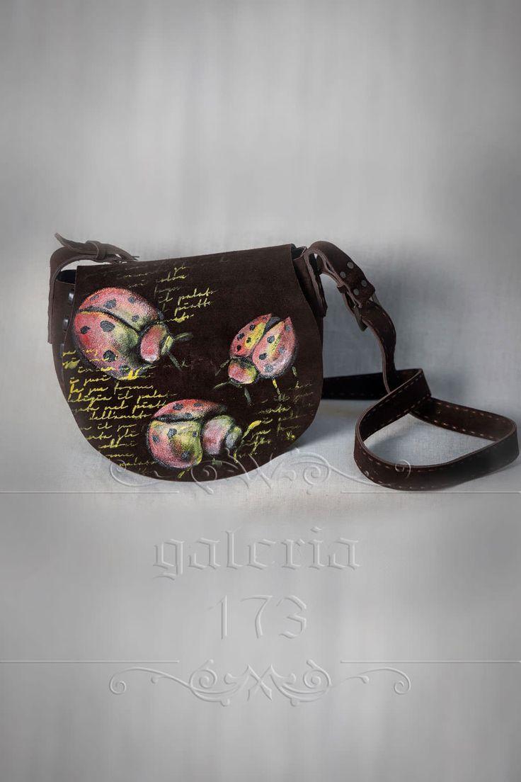 Geanta   din piele naturala, maro inchis, lucrata si pictata manual:  Lady   bug. Dimensiuni: L 26 cm / l 8 cm / h 21 cm.