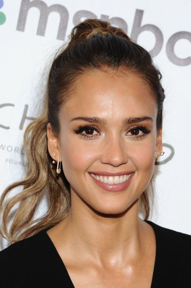 Jessica Alba's glowing makeup at the 2014 Global Citizen Festival. http://beautyeditor.ca/2014/10/02/bronzer-for-fall-jessica-alba