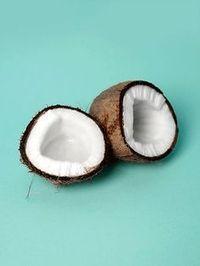 Wir verraten euch, was ihr alles mit Kokosöl machen könnt. Ob Haut, Haare oder Zähne, das Öl ist ein wahrer Alleskönner in Sachen Beauty.