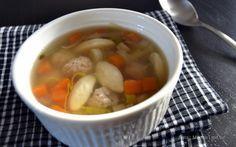 Den lækreste opskrift på hjemmelavet hønsekødssuppe, som serveres med grønsager og kød- og melboller. Perfekt på kolde dage og vaskeægte comford food.