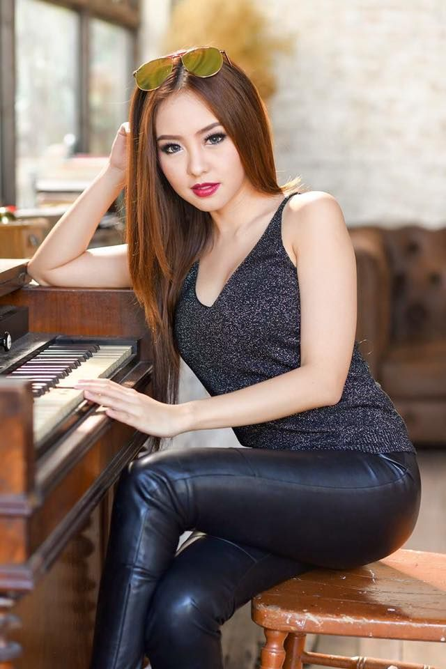 Asiatiske Piger I Læder