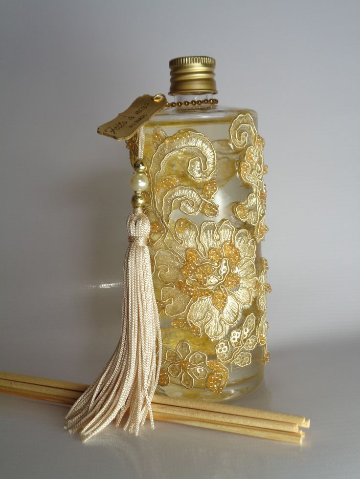 PERFUMA E DECORA SEU AMBIENTE.    Informações do produto:    Aromatizador de Ambiente 230 ml + 5 varetas.  Vidro decorado bordado à mão com rendas e miçangas em tons dourado , bege e champanhe.    ESCOLHA A FRAGRÂNCIA :    Amber Vanilla : Fragrância adocicada suave e delicada , aromatiza com leve...