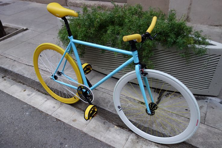 En azul celeste y amarillo con un toque de blanco, nos encanto el resultado. Una muy parecida montada en Fixie Barcelona fue la protagonista de un anuncio Movistar.