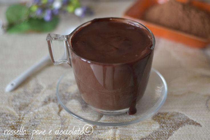 Ecco la ricetta semplice e fatta in casa della cioccolata calda. Come fare la cioccolata calda densa e cremosa in casa non e' difficile, guardate!
