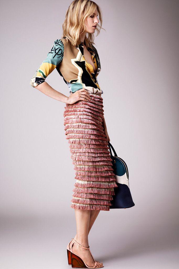 ¿NADA QUE PONERTE? Mezcla una camisa estampada y una falda midi con textura y consigue el look perfecto para posibles planes 'after-hours', como en la colección crucero 2015 de Burberry Prorsum.