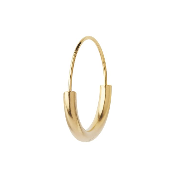 Maria Black Serendipity Hoop Small. Øredob i sølv, belagt med mattpolert gull. Selges enkeltvis.