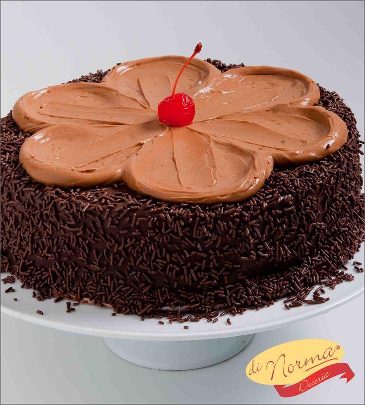 """""""Bolo Choco L'amour"""" (Aro 24) - Bolo de chocolate fofinho, com recheio de creme de chocolate ao leite. Cobertura de brigadeiro, granulados e delicada flor de creme achocolatado de doce leite."""
