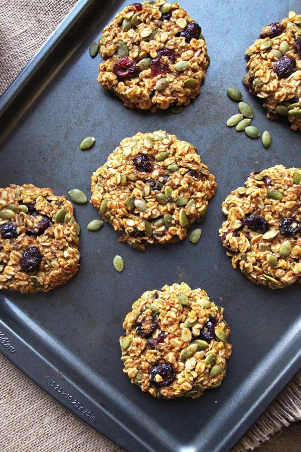 Questi sani biscotti per la colazione zucca fanno una colazione nutriente e portatile che sa di caduta!  Questa + pulito trattamento colazione mangiare senza glutine è fatto con l'avena integrale, mirtilli rossi, semi di zucca + miele