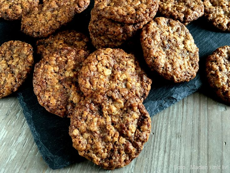 """Lækre og sprøde havregrynskager med choko-orange smag. En perfekt """"hverdags-småkage"""", som er super nem at lave - oplagt hvis der er små hjælpere i køkkenet."""