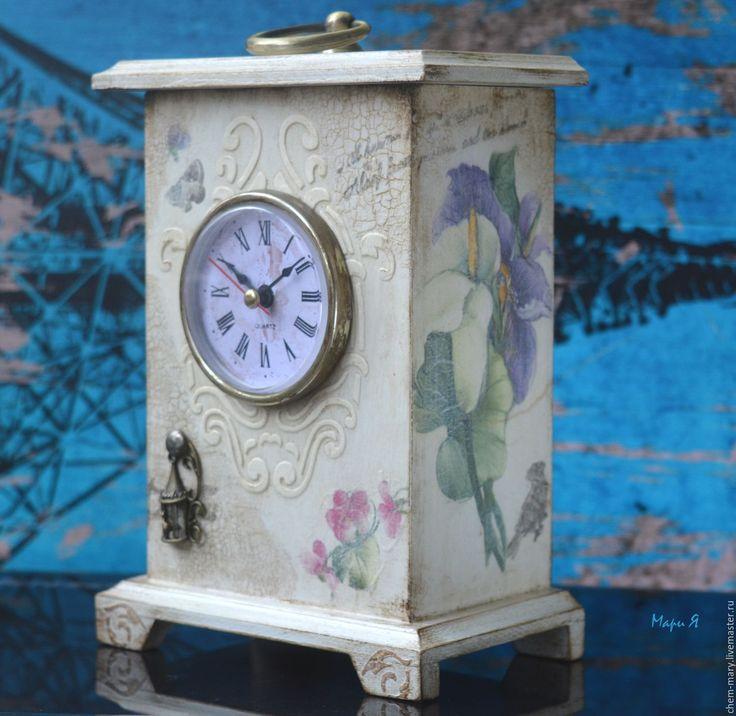 Купить или заказать Часы Шкатулка, Настольные часы, белый в интернет-магазине на Ярмарке Мастеров. Настольные часы шкатулка белые в винтажном стиле. Часы очень нежные, слегка состарены. Часы и функциональные и внесут изюминку в ваш интерьер! Часы необычные: крышка у часов съемная и внутри - пространство, куда можно что-нибудь спрятать. Удобно такие часы поставить в коридоре и держать в них важные мелочи. Красиво будут смотреться на столике у кровати....и тд. Делайте подарки себе и близким!