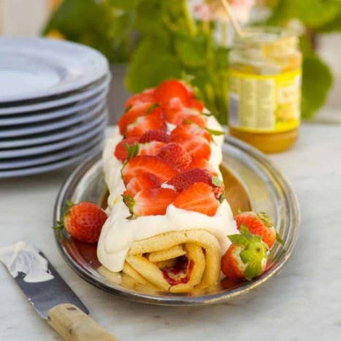 Rulltårta med lemon curd, hallonsylt & jordgubbar