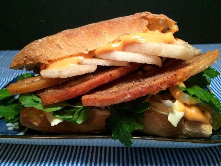 Sandwich med stegt flæsk, spidskål, nashipære og chilimayo