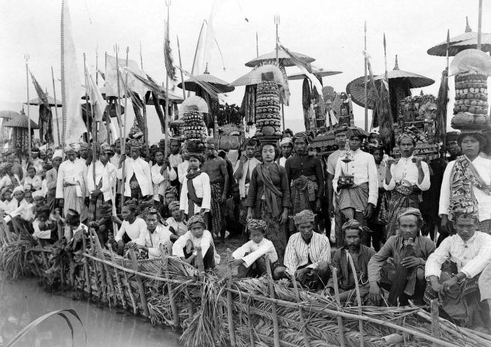 COLLECTIE TROPENMUSEUM Begrafenisstoet en offers bij de crematie van Goesti Djilantik te Karangasem Bali TMnr 10003106.jpg