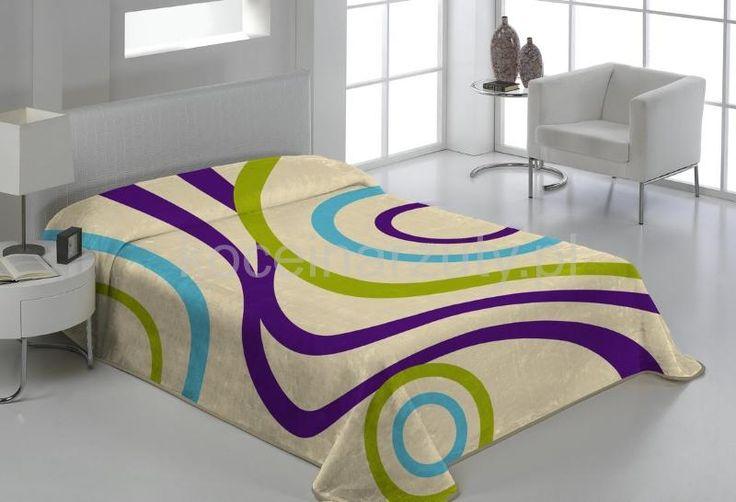 Koc hiszpański w kolorze białym na łóżko w kolorowe paski