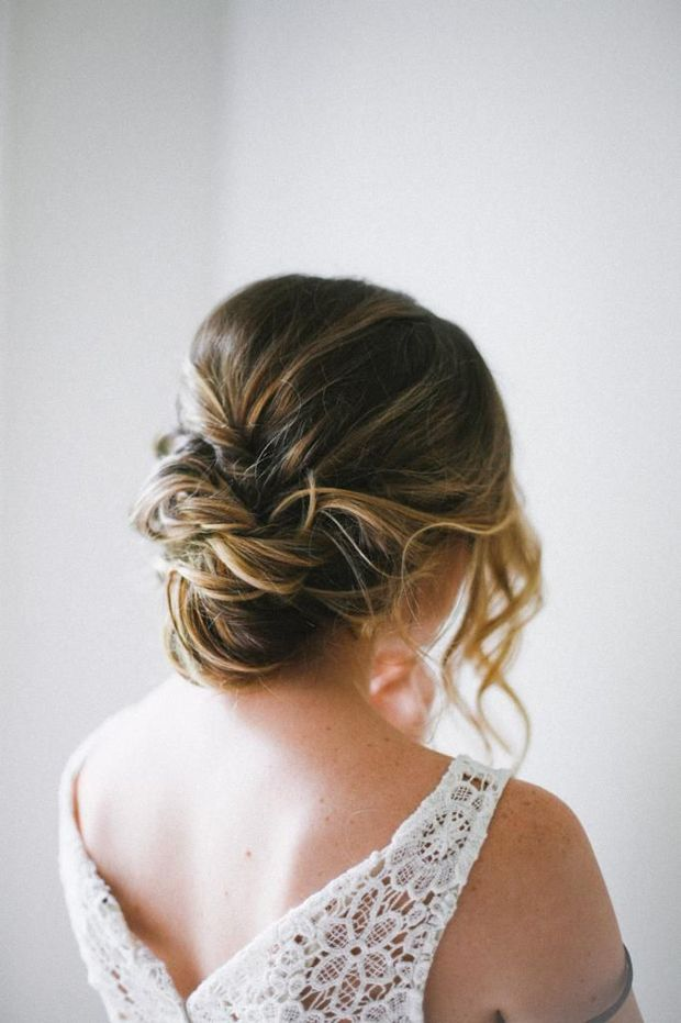 love this simple wedding hairstyle