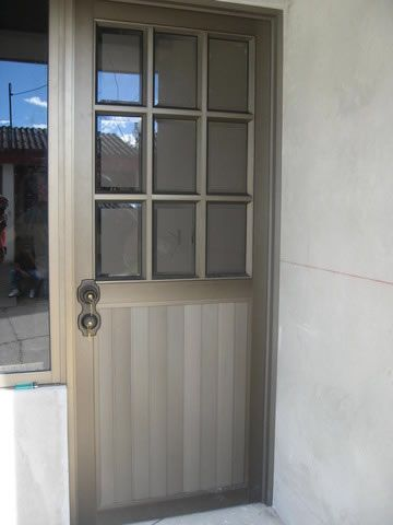 Imagen de http://www.didecor.com/wp-content/uploads/2014/08/estructuras-acero-alumino-vidrio_puerta-aluminio_04.jpg.
