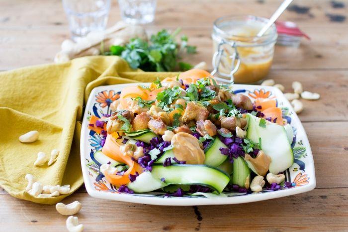 Een geweldig lekkere salade, weer eens iets anders. Met een fijne nootachtige dressing die het geheel nóg meer smaak geeft. Optimaal genieten van Pad Thai.