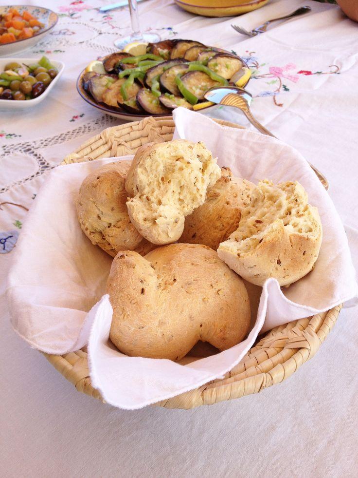 Sabores del Magreb. Panecillos de comino, ensalada marroquí de berenjenas fritas, conserva de aceitunas al comino y ensalada de zanahorias con pasas.