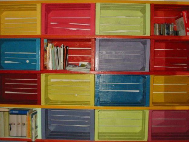 scaffali con cassette frutta riciclate