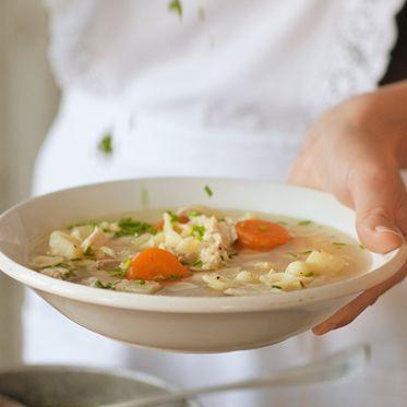 Omas Hühnersuppe mit Nudeln Rezept | Küchengötter