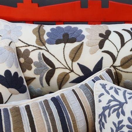 Almohadones con flores, almohadones hechos a mano, almohadones bordados a mano, diseño artesanal, diseño argentino, artesanos argentinos, productos argentinos, Tienda de Costumbres, Comercio Justo, Diseño norte argentino.