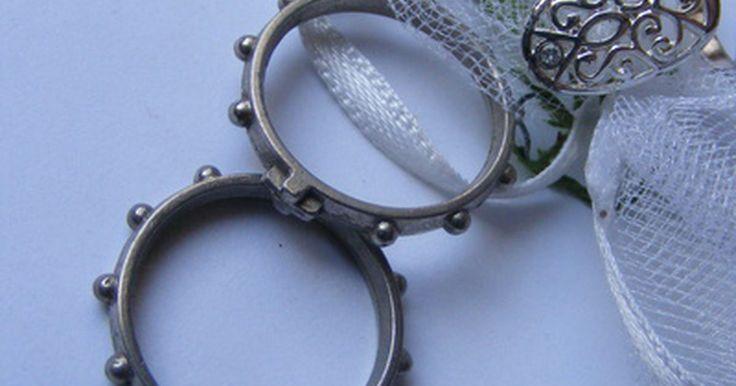 Tipos de anillos masónicos. La Masonería, una sociedad secreta fundada en tradiciones esotéricas, contiene diferentes rituales, signos y símbolos. El anillo masónico es uno de los ornamentos de la masonería que contiene estos símbolos. Sin embargo, usar este anillo demandaba cierta etiqueta. Lo siguiente es una descripción del significado detrás de estos anillos, los anillos ...