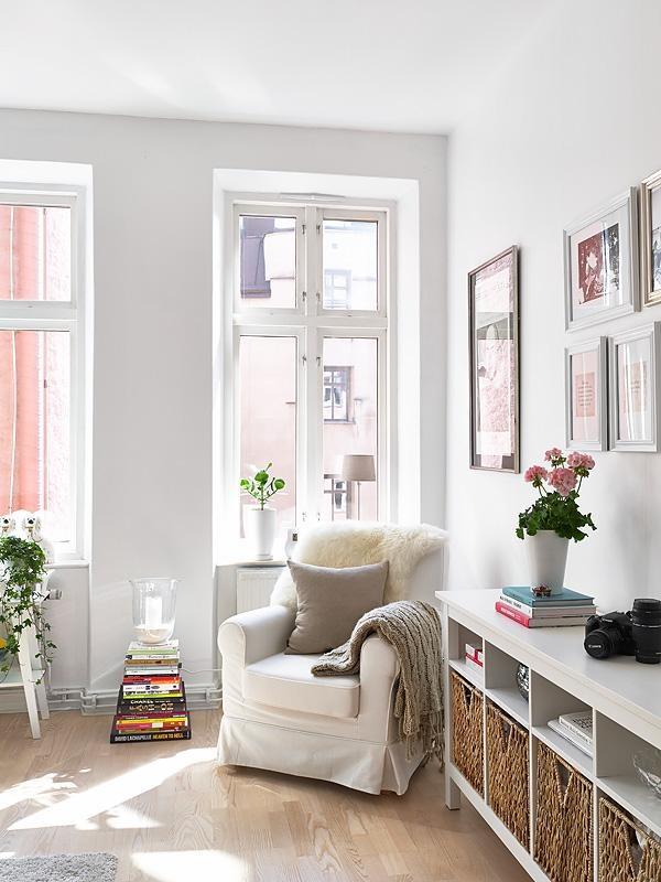 Airy living room - genauso will ich mein Wohnzimmer (Stil & Farben); vielleicht ein bisschen mehr Farbe durch einen Teppich o. so; das Material der Couch ist perfekt, wird nicht sofort dreckig