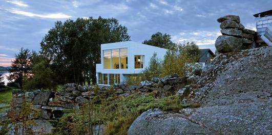 POPULÆRT HUS: Boligen i Mjømna i Gulen ved Sognefjorden tegnet av Todd Saunders ble nylig presentert i The New York Times. Huset fungerer både som hjem og arbeidsplass for webgründerne Njål Hansen Wilberg (35) og Linn Dyveke Wilberg (31).