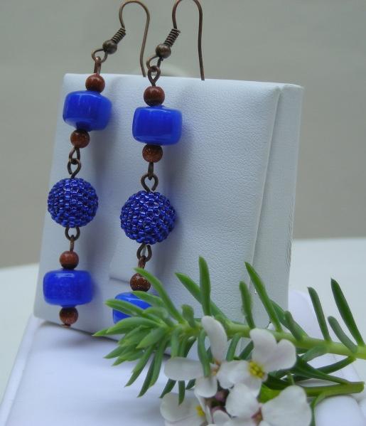 SUNNY BLUE - Orecchini pendenti con perle in ceramica blu, mini sfere di pietra del sole, beaded beads e minuteria color bronzo