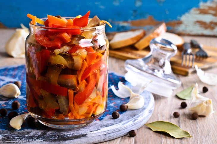 Конец августа - пора овощных вкусных заготовок из баклажанов! Самые разнообразные рецепты вкусностей из баклажанов с овощами и зеленью на зиму мы сегодня и предлагаем вам: икра, пикантные салаты, закуски - только самые интересные варианты потрясающих блюд.
