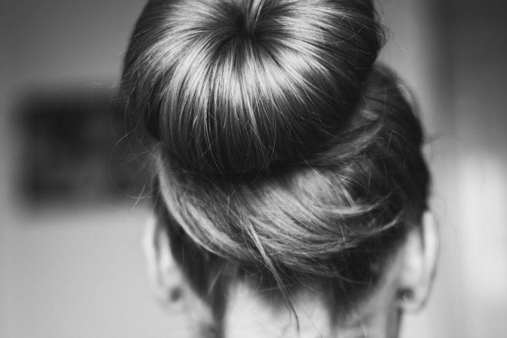 Soms heb je even geen zin om uren in de weer te moeten met dat haar. Het liefst gooi je die haren gewoon lekker in een knot. Er zijn natuurlijk wel een hoop manieren om dat op een mooie manier te doen en wij hebben er vijf voor jullie verzameld. Enjoy!Classy & casualTerwijl dit kapsel