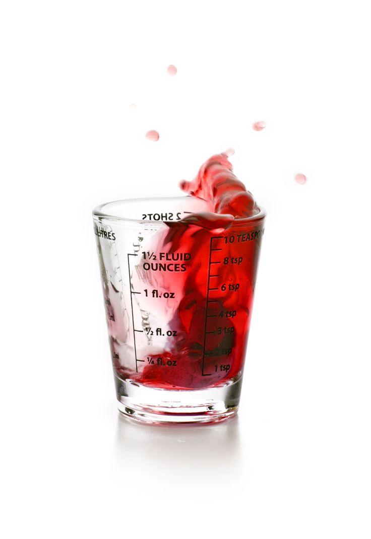 El vaso medidor mini permite medir esencias, licores, aceites, especias, levaduras de una forma rápida y fácil. Puede medir tanto ingredientes secos como líquidos. Tiene marcadas las distintas medidas en sus laterales, en onzas, mililitros, cucharas, cucharadas o shots. Los ingredientes de cualquier receta, pueden ser medidos con exactitud y además ocupa muy poco espacio.  Una maravilla si te gusta preparar las recetas a