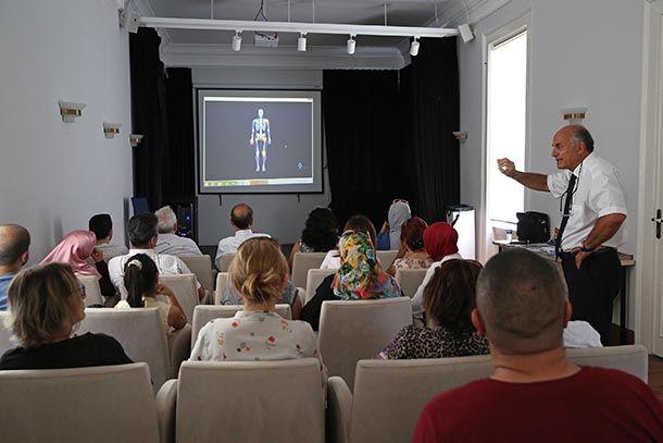 """365 hastalığı taklit ediyor Sessiz katil 'LYME' Yüzyılın salgını olarak nitelendirilen ve 365'den fazla hastalığı taklit etmesi nedeniyle tıp çevrelerinde tedirginlik yaratan 'LYME Hastalığı' Buca'da masaya yatırıldı. Buca Belediyesi Kültür Sanat Merkezi'nde düzenlenen konferansta hastalık hakkında bilgi veren D.E.Ü Biyoloji Bölümü Öğretim Üyesi Biyolog Prof. Dr. Barbaros Çetin """"LymeHastalığı""""nın dünyayı ve insanlığı tehdit ettiğini ancak ülkemizde bu konuda klinik veya hastane bulunmaması…"""