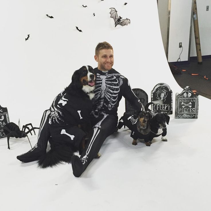 Washington Capitals: Karl Alzner and his dogs Duncan, Charlie, and Murphy during the Homeward Trails Animal Rescue calendar photo shoot