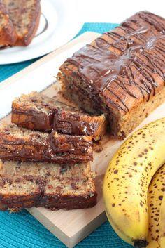 Ingrédients :   3 bananes mures écrasées 100 g de beurre mou 100 g de sucre roux 2 œufs battus 225 g de farine à levure incorporée 1 ...