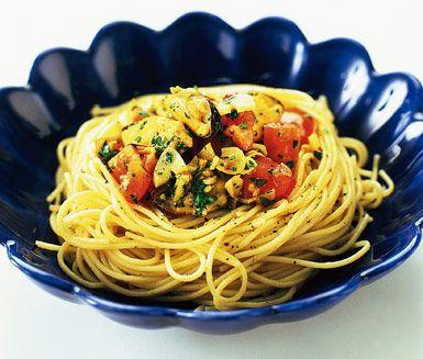 Recept: Pasta med musslor & rostad vitlök