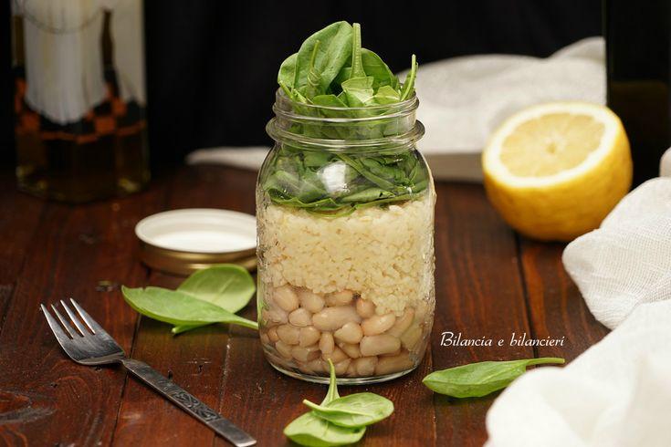 Con il clima più caldo una fresca e leggera insalata di spinacino con bulgur e fagioli cannellini in barattolo può essere la scelta ideale.