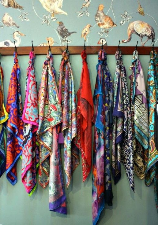Trucs, idées et astuce de rangement des foulards et des écharpes sur un cintre, un porte manteau ou dans une boite, une pochette, conseils ranger foulards