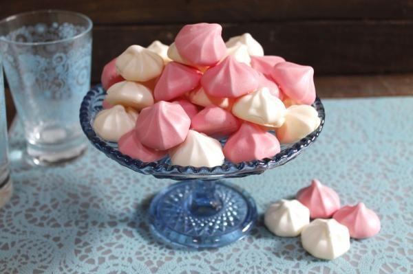 Aprende a preparar merengues de colores al horno - ¡Todas las claves para que queden perfectos! con esta rica y fácil receta. Esta vez os voy a contar en...
