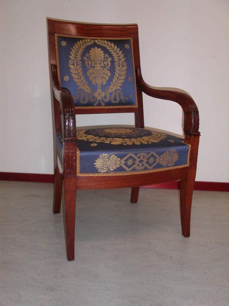 Charles X fauteuil, bekleed met een jaquard geweven zijden stof.
