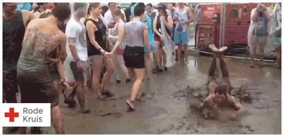 Zorg dat je klaar bent voor het festivalseizoen! Ben jij helemaal gek van festivals en ga je er binnenkort een paar bezoeken? Zorg dat je voorbereid bent! Check welk festivaltype je bent en lees onze ultieme festivaltips. www.hoeoverleefikeenfestival.nl #ehbo #festival #rodekruis #gif #modder #regen #dans #rups #help #test