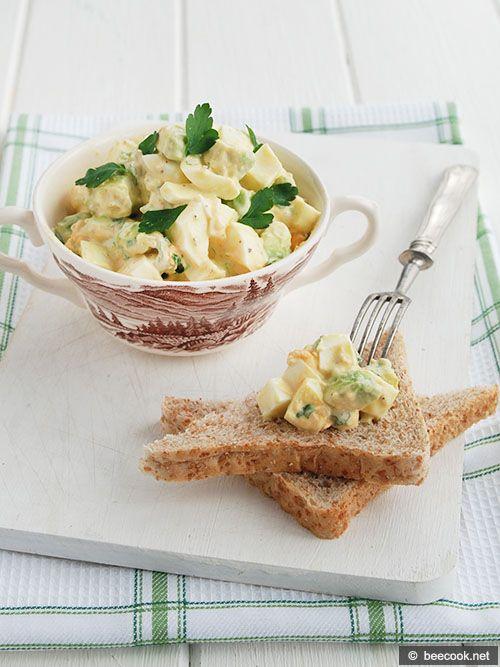 Простой рецепт приготовления яичного салата с авокадо.